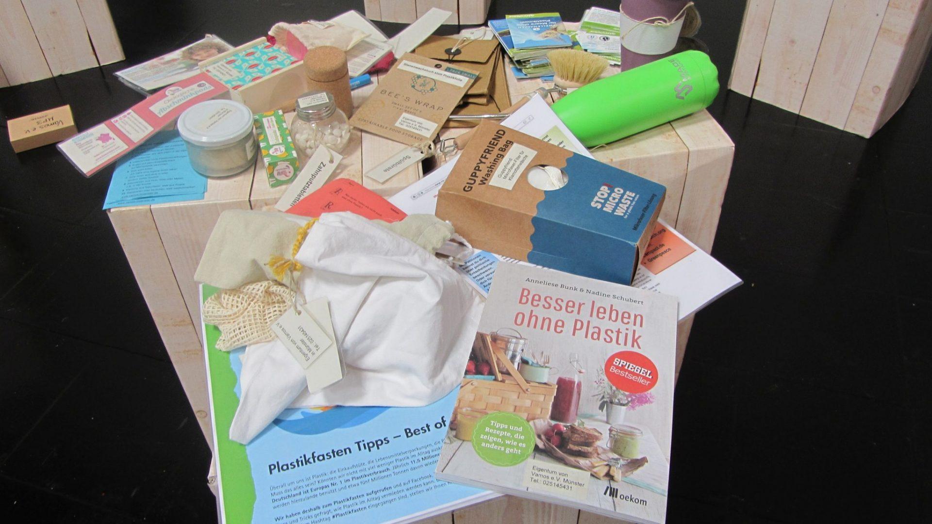 Plastikfreie Produkte zur Ansicht im Bildungskoffer und der Ausstellung von Vamos e.V.