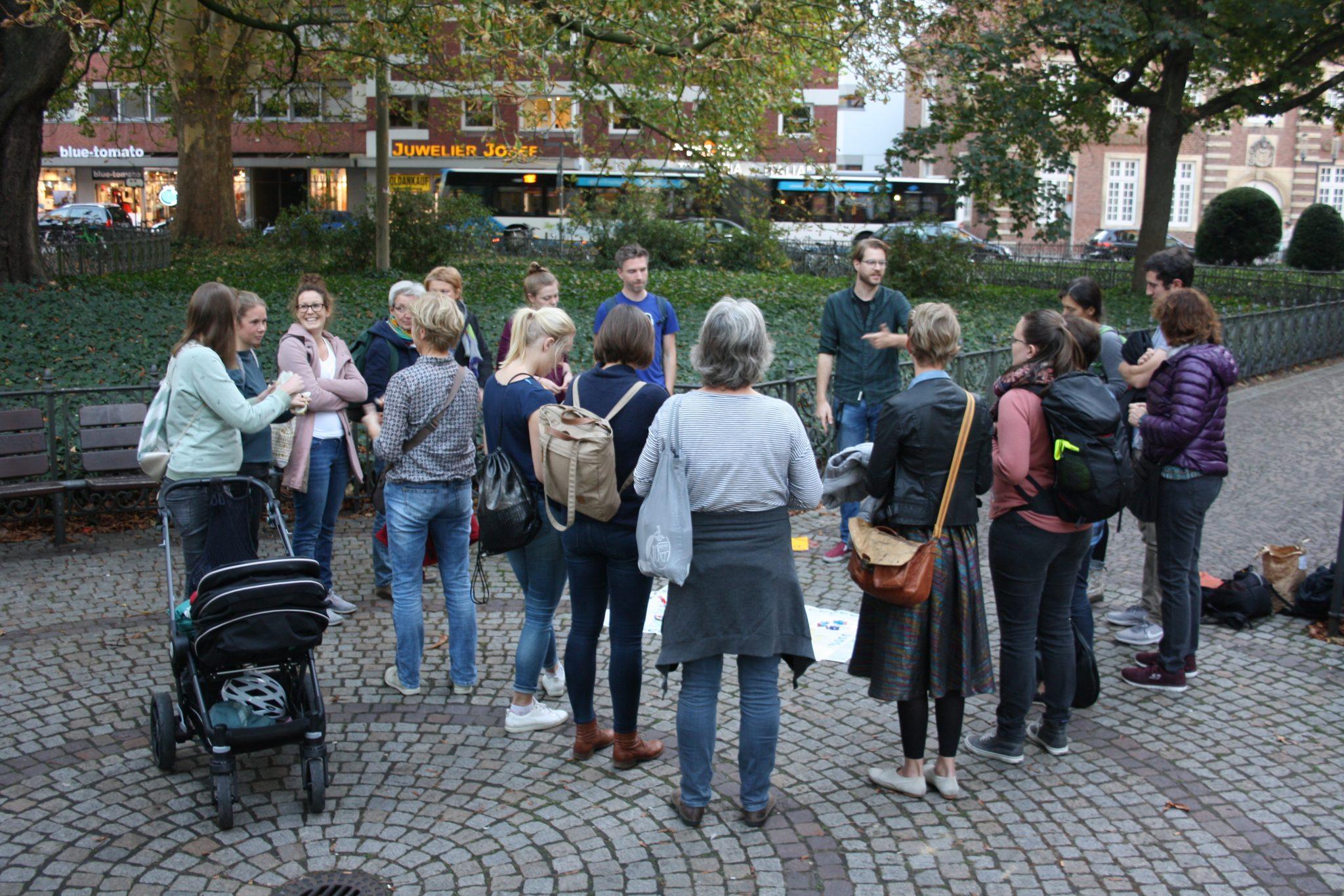 Bild zeigt eine Gruppe beim Stadtrundgang.