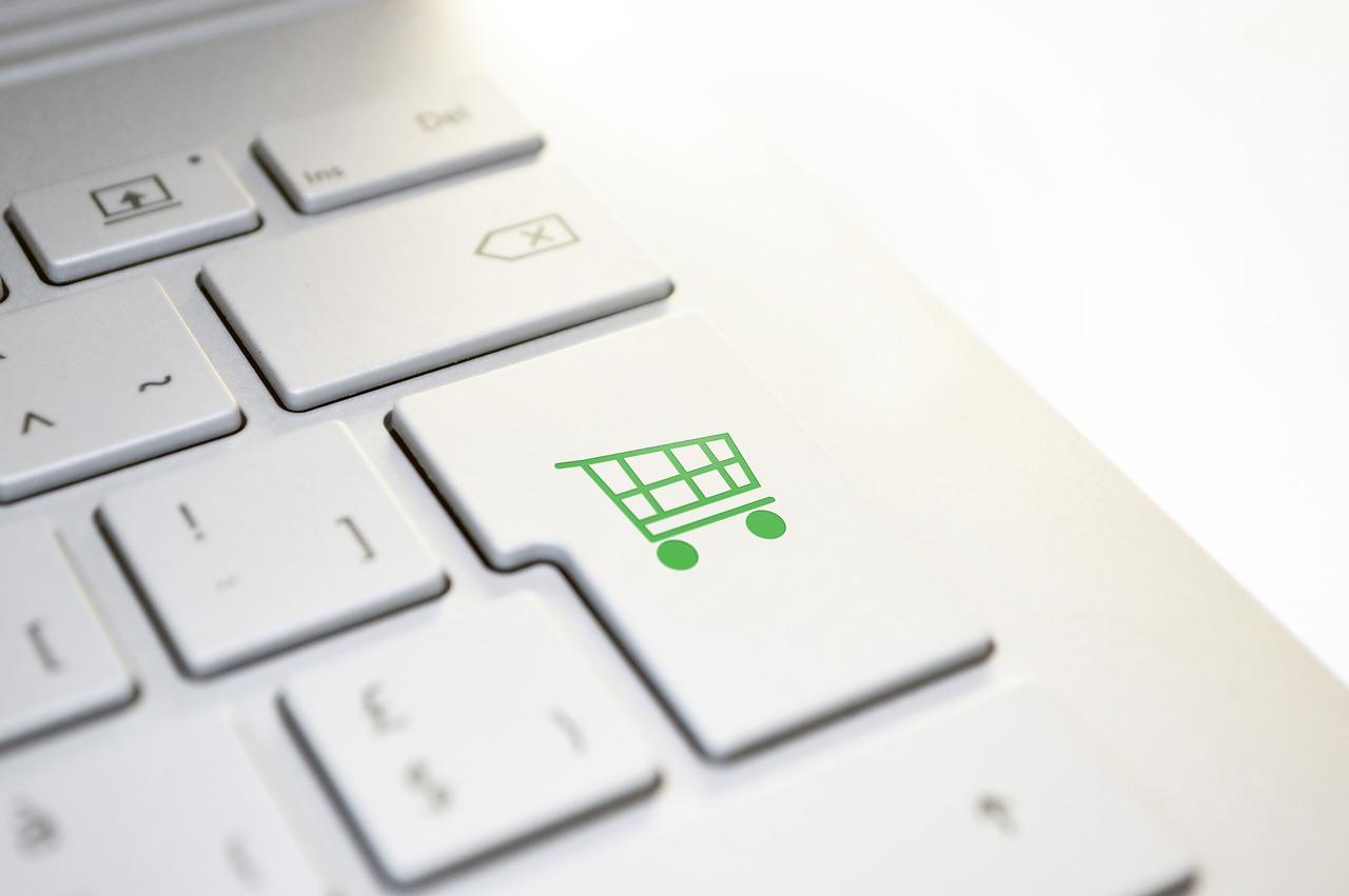 Ausschnitt einer Tastatur. Auf der Umschaltetaste ist ein Einkaufswagen. Der Reflex zum Konsum wird suggeriert.