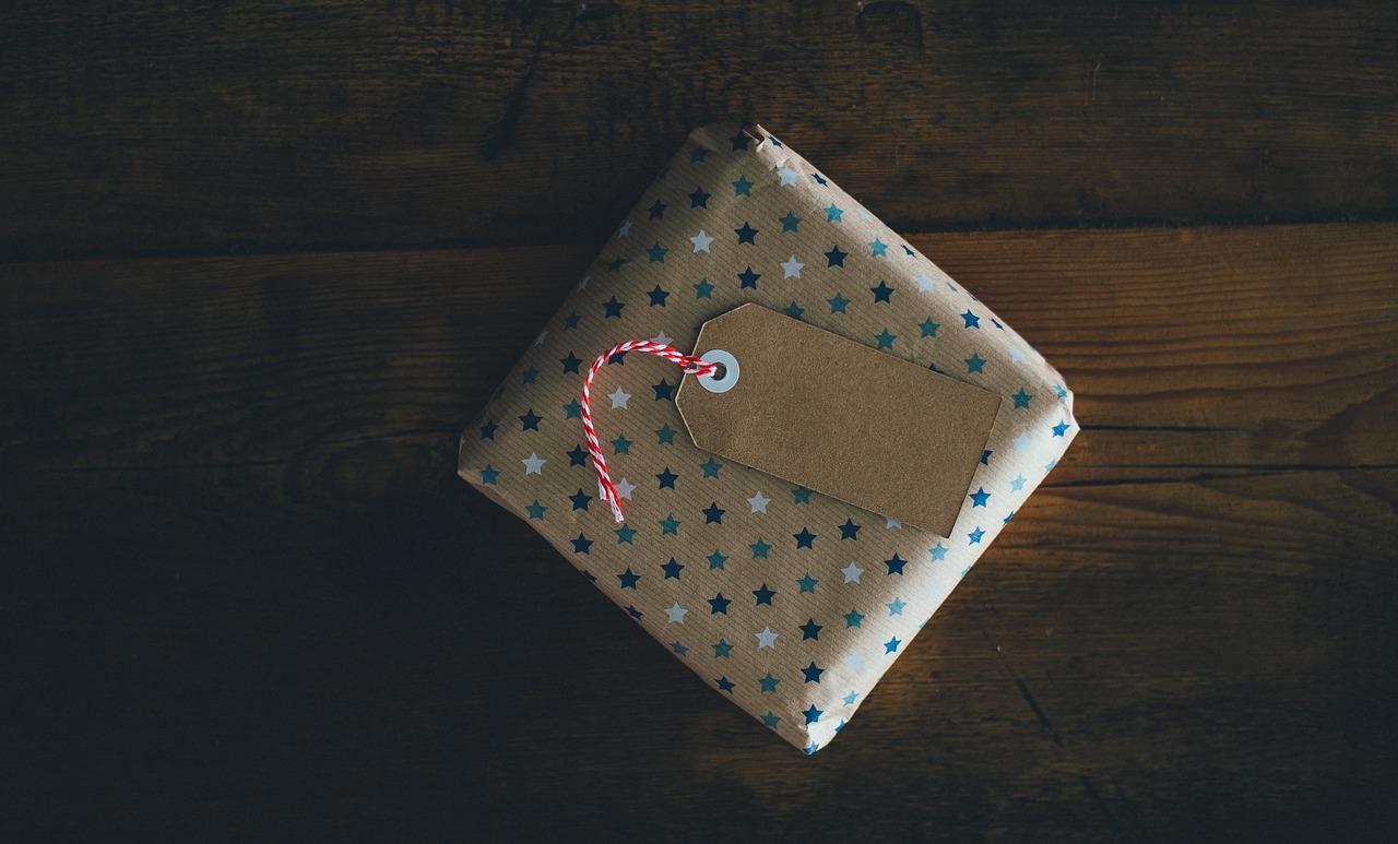 Ein verpacktes Geschenk mit Namensschildchen.
