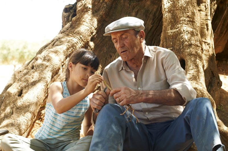 Alma und Großvater am Olivenbaum