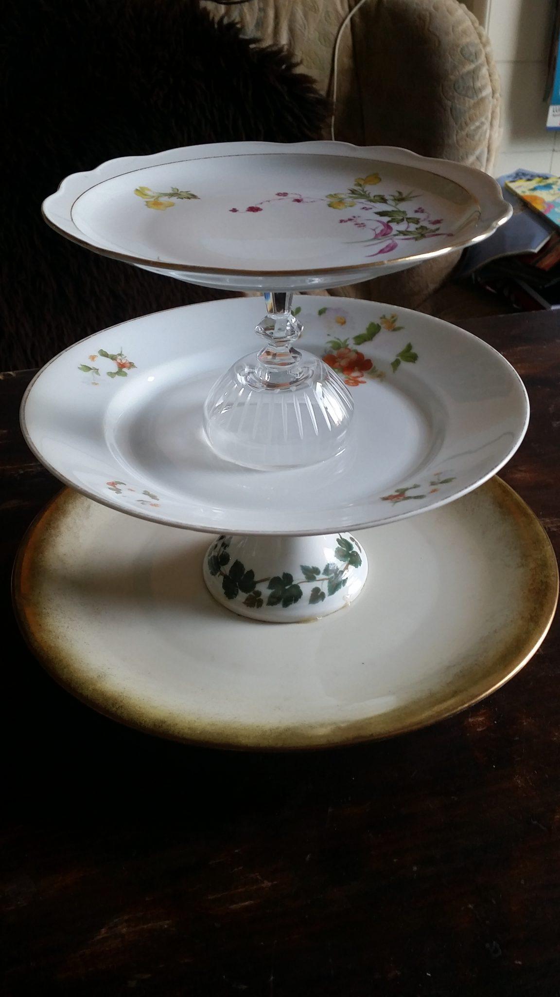 Etagere aus altem Porzellan
