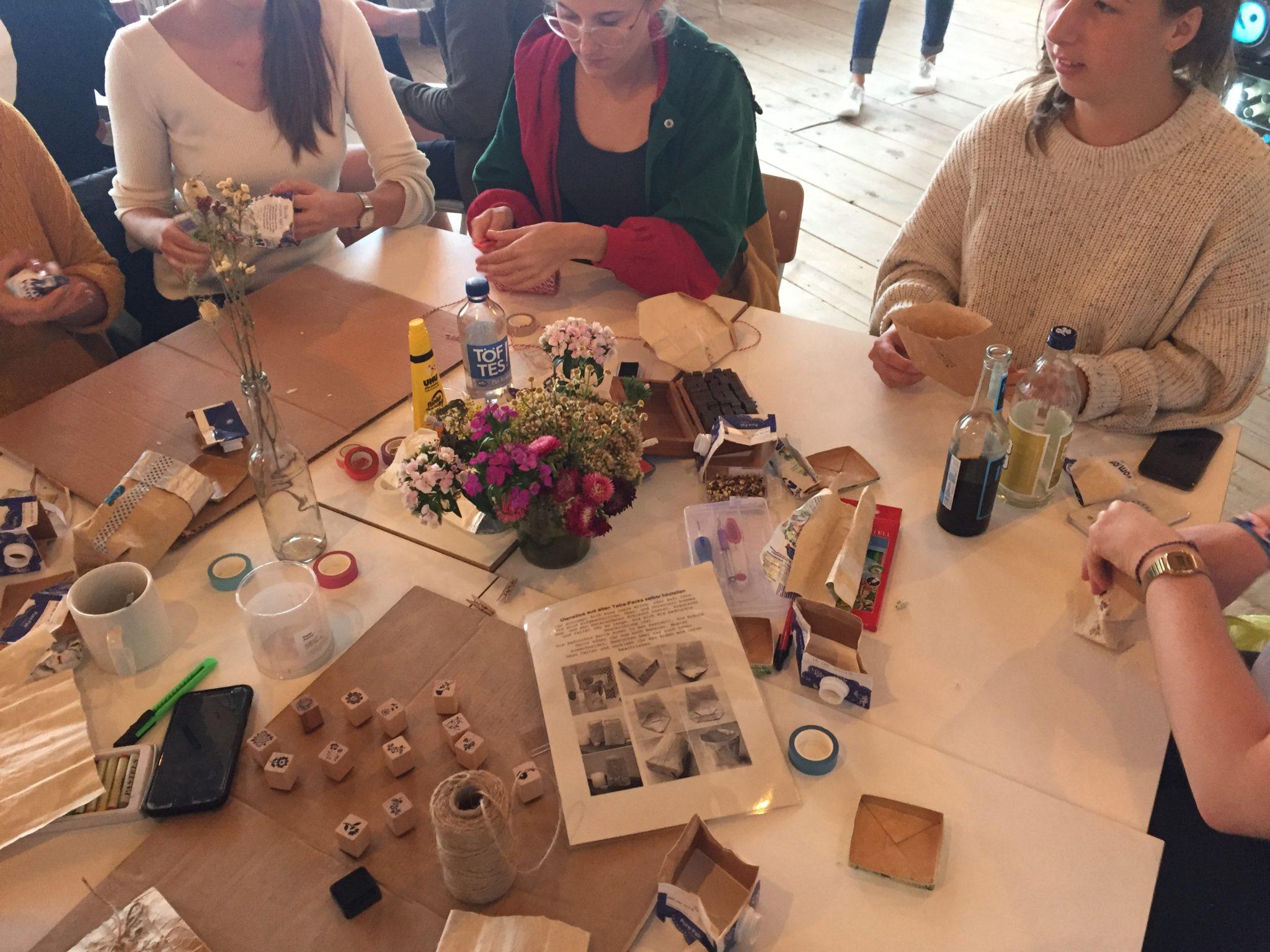 Workshop-Teilnehmer werden kreativ beim Upcyceln