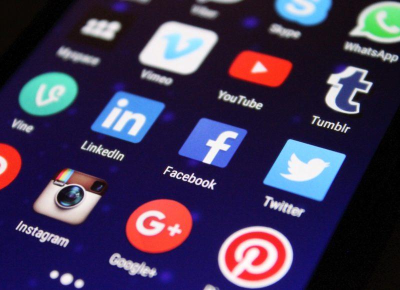 Ein Close-Up von Handybildschirm mit verschiedenen Apps wie Facebook, Instagram oder Twitter