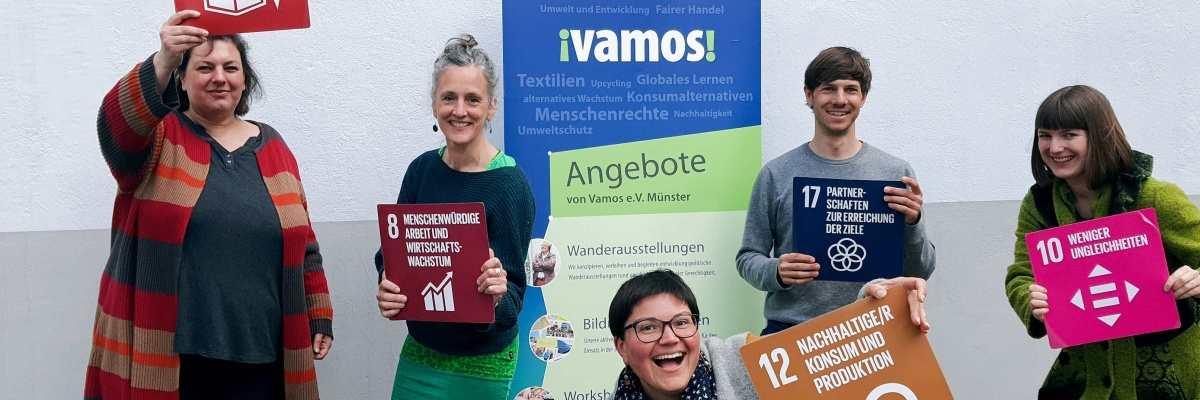 4 Frauen und ein Mann halten Bilder mit den Weltnachhaltigkeitszielen hoch