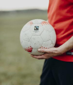 Ball wird in der Hand gehalten