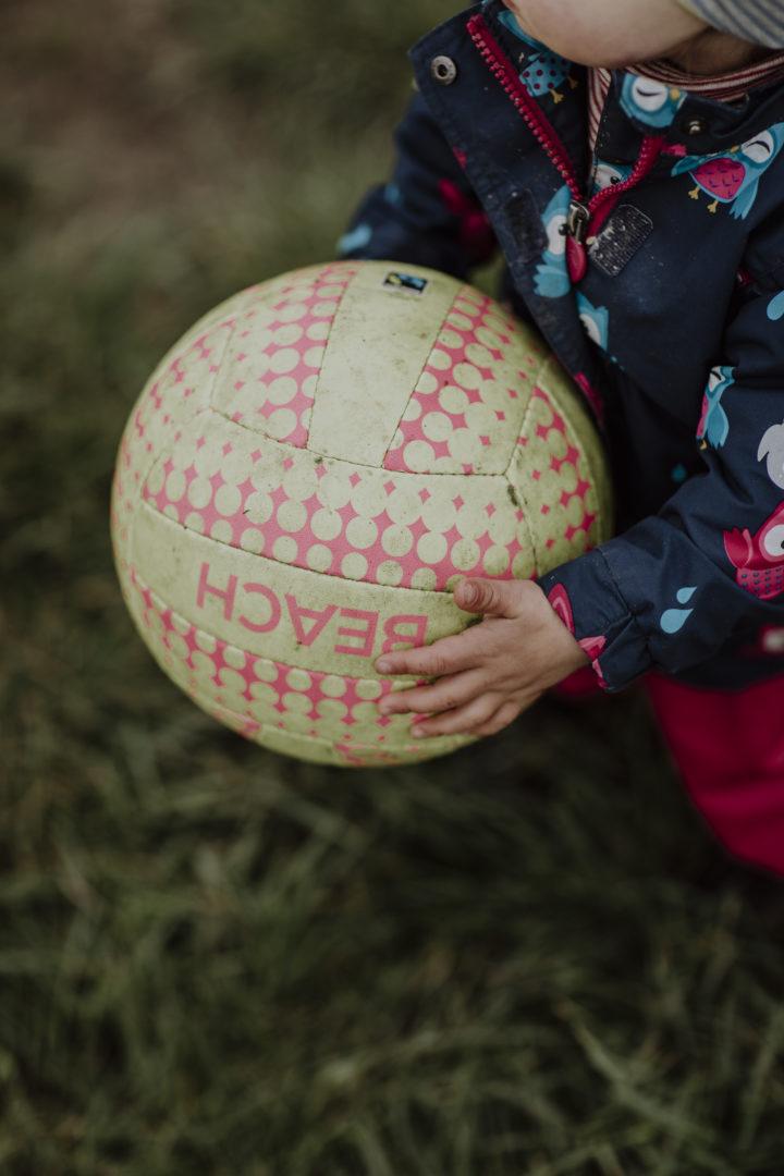 #sporthandeltfair Kind mit Volleyball Fotografin: Jennifer Marke