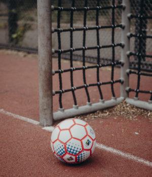 Ein Fußball liegt vorm Tor.