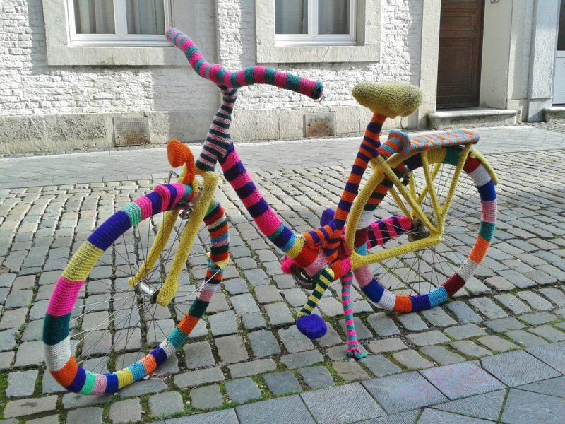 Ein Fahrrad ist in bunte Wolle eingestrickt